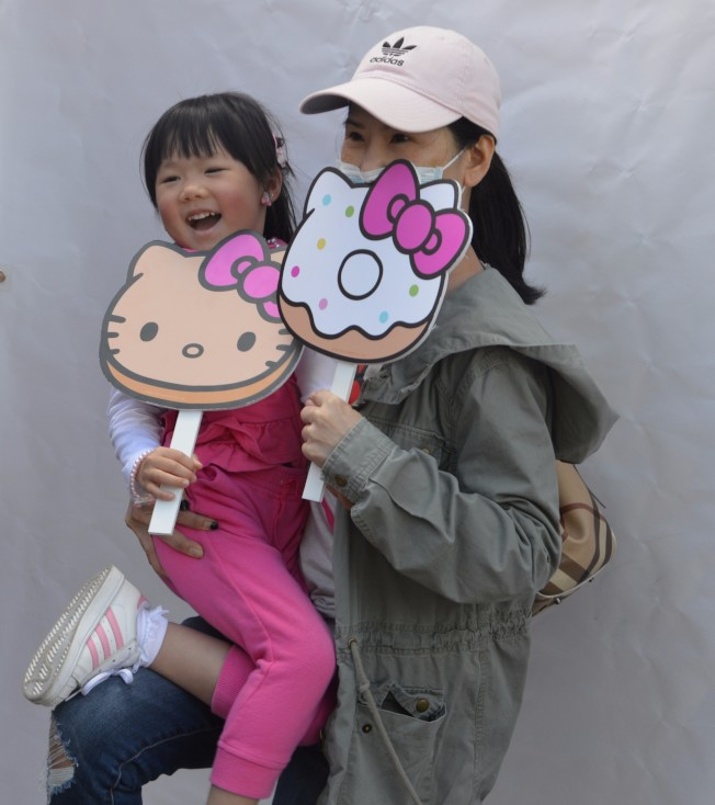 四歲楊泳恩準備和媽媽血拼凱蒂貓周邊產品。(記者牟蘭/攝影)