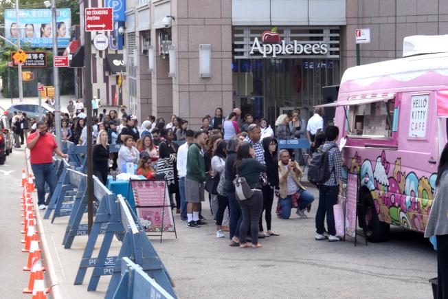 凱蒂貓「快閃」餐車9日在法拉盛吸引數千名粉絲大排長龍。(記者朱澤人/攝影)