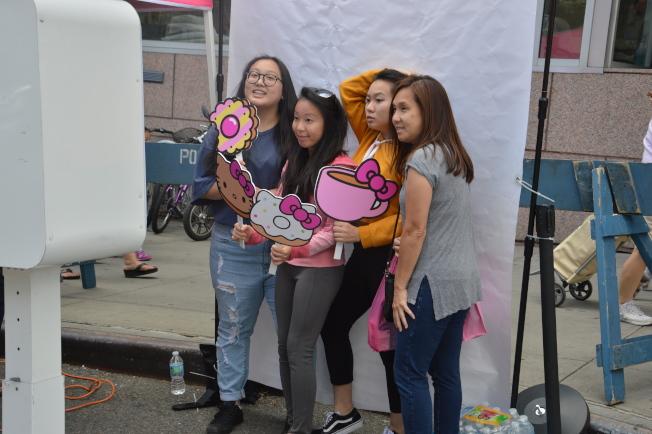 凱蒂貓「快閃」餐車9日在法拉盛吸引數千名粉絲。(記者牟蘭/攝影)