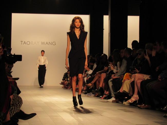時裝設計師王陶在2018春夏系列使用大量喇叭袖、荷葉邊,以及寬版腰帶等設計,為平淡無奇的西服注入新生命。(記者顏嘉瑩/攝影)