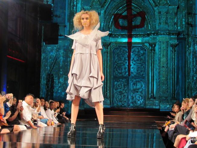 呂白表示,服裝的剪裁和面料都有特別挑選,兼具時尚和舒適性。(記者顏嘉瑩/攝影)