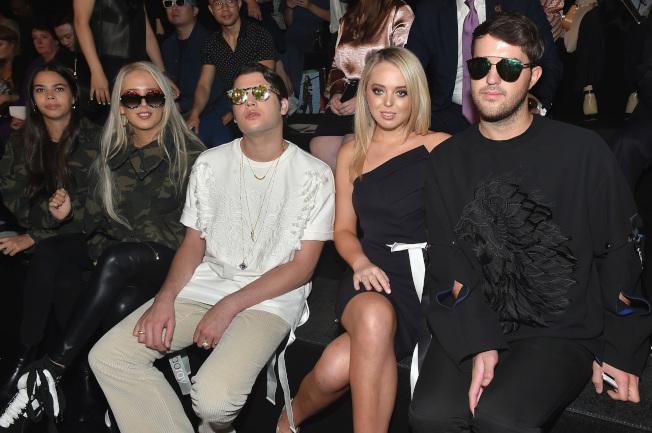 時裝設計師王陶9日的春夏時裝展吸引不少名媛與富二代,右起為安德魯‧沃倫、蒂芬妮‧川普與彼得·布蘭特。(Getty Images)