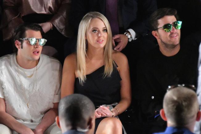 時裝設計師王陶9日的春夏時裝展吸引不少名媛與富二代,左起為彼得·布蘭特、蒂芬妮‧川普與安德魯‧沃倫。(Getty Images)