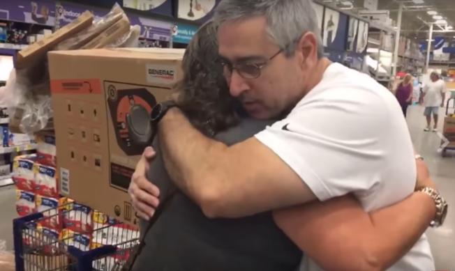布芮基(左)在桑狄亞哥把最後一部發電機讓給她之後,感動地擁抱他致謝。(電視截頻)