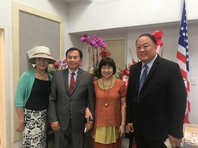 鄭啟恭(右二)於9日在紐約華僑文教中心舉辦新書發表會。(記者李碩/攝影)