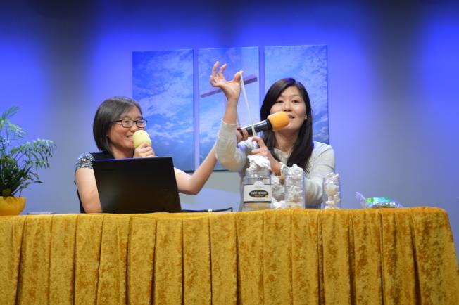 郭寶珍(右)表示,思覺失調的病人僅部分機能受損,不影響正常工作。(記者牟蘭/攝影)