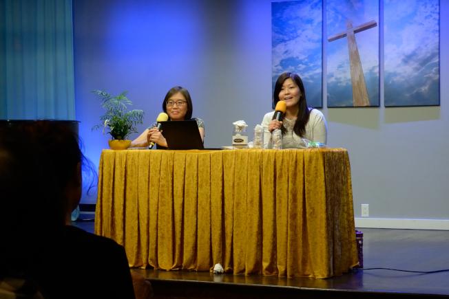 郭寶珍(右)表示,思覺失調的病人僅部分機能受損,不影響正常工作。(記者朱澤人/攝影)