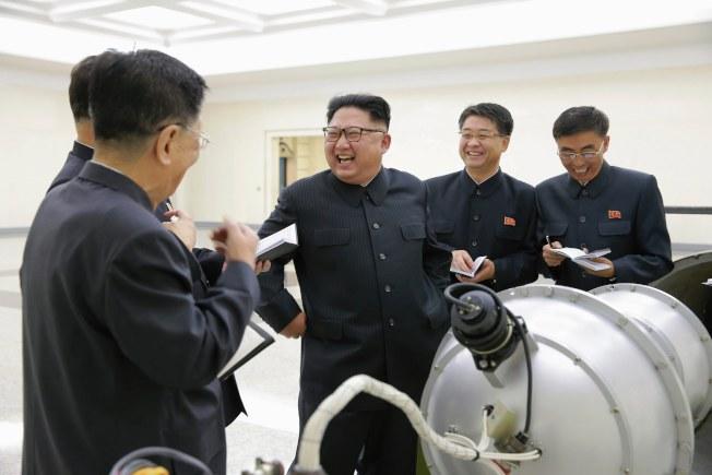 北韓官方中央通訊社在3日的核試驗過後,公布了金正恩到核武工作部門進行視察的畫面。(歐新社)