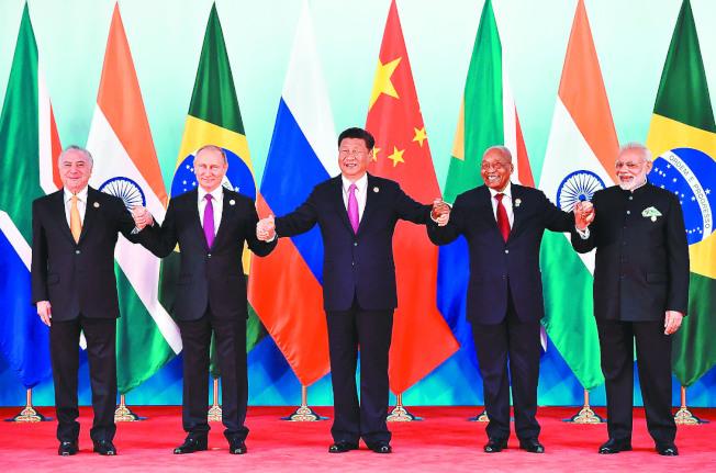 金磚峰會團體合照,左起為巴西總統德梅爾、俄國總統普亭、中國國家主席習近平、南非總統祖馬與印度總理莫迪。(路透)