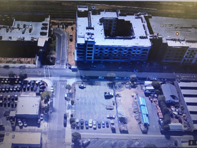 這是富樂頓警局逮捕沈真濤的兩條街的交口,可以看出只有東北角有兩棟連在一起的多單位住宅,其他三個街角都是停車場,包括西北角一個擁有多層樓的停車大樓。(Google Map)