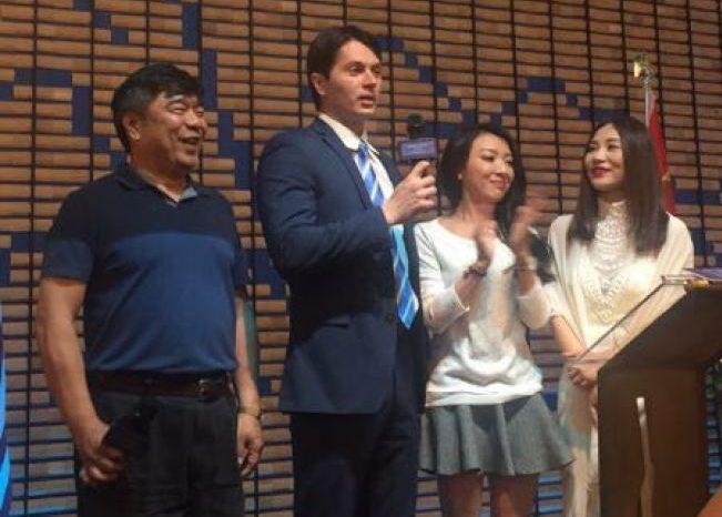志強與華人一起主持華人社區活動。(Victor Migalchan提供)