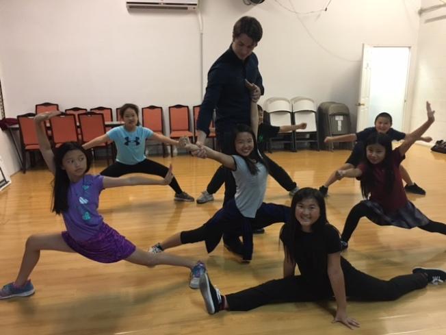 志強在華人學校指導孩子們練習武術。(記者楊青/攝影)
