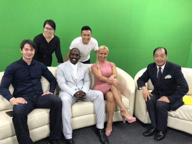 志強(左一)在華人電視節目中擔任共同主持。(Victor Migalchan提供)