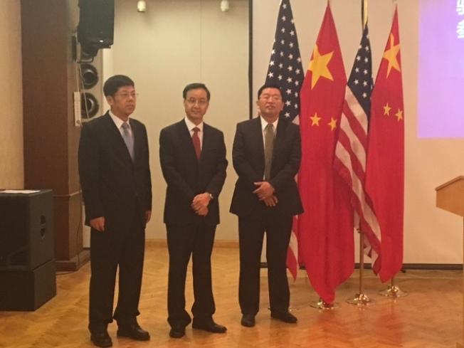 中國駐洛杉磯總領館10日舉辦新舊教育參贊交接活動,從左至右依次是新任教育參贊張泰青、離任教育參贊袁東、中領館副總領事代雙明。(記者張宏/攝影)