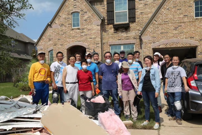 華裔義工團在糖城幫助災民完成災後重建工作。(華裔聯盟提供)
