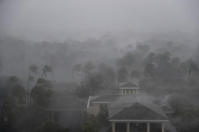厄瑪颶風10日下午掃過佛州西部的那布勒斯市,風雨交加,能見度極低。(美聯社)