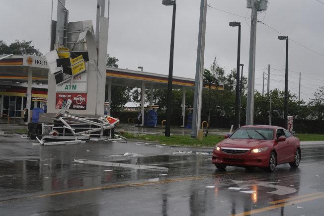 佛州勞德岱堡市一處加油站招牌遭強風吹垮。(路透)