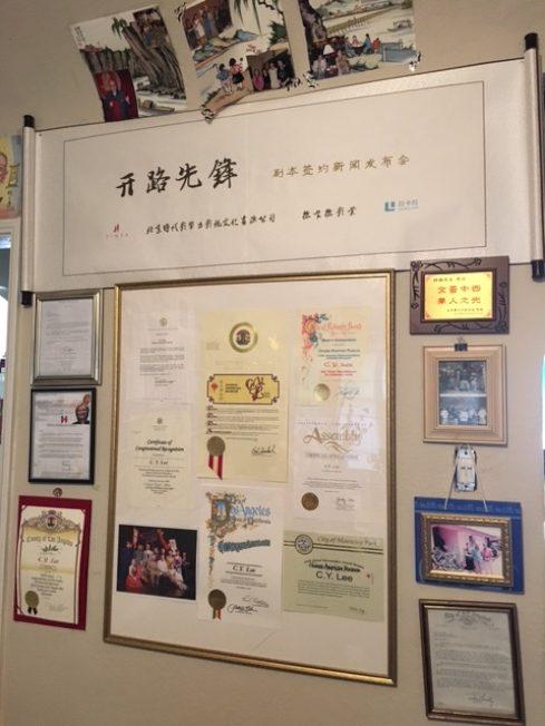 黎錦揚老先生近年在百歲高齡完成的新作「開路先鋒」,受到各界重視,獲得上到總統,下至州議員的祝賀。(記者楊青/攝影)