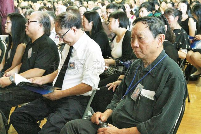朱韻成(右)坐在台下,表情哀戚。(記者李榮/攝影)