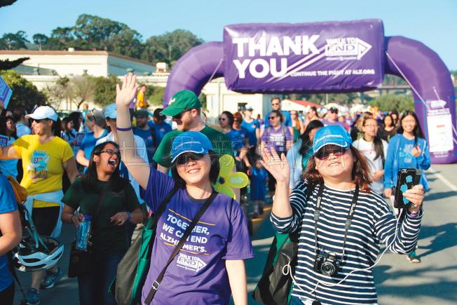 民眾穿著標誌性的紫色衣服參與健行。(記者李晗/攝影)