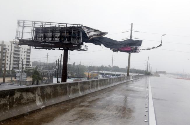 厄瑪颶風10日上午掃過南佛州邁阿密市,北上I-95州際高速路段上的路牌被強風吹裂。電力公司表示數周才能全面恢復供電。(美聯社)