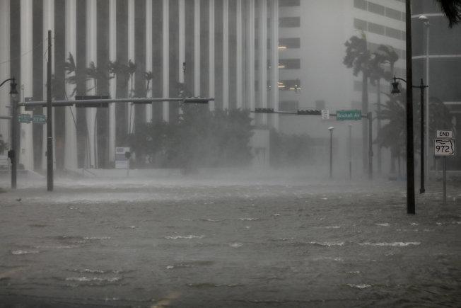 厄瑪颶風10日上午以四級威力登陸南佛州,狂風暴雨,聲勢驚人,街道上處處積水,棕櫚樹難抵強風被吹得東倒西歪。(美聯社)