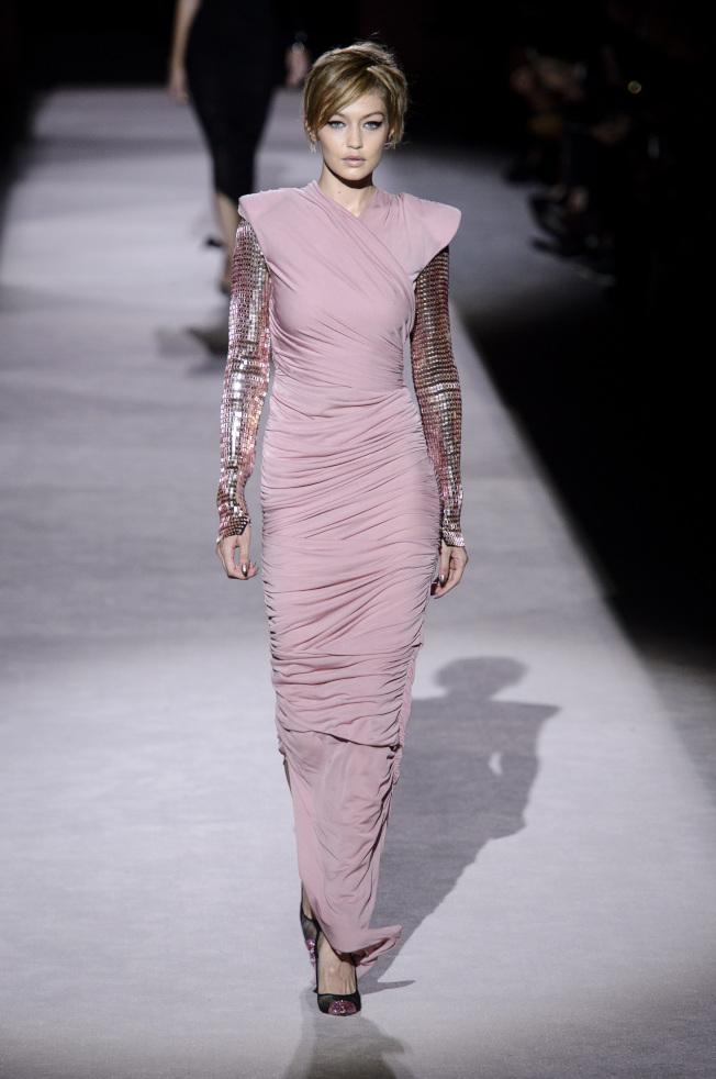 超模吉吉哈蒂德身穿粉膚色抓皺處理緊身禮服,詮釋了Tom Ford理念中的完美女人形象。(美聯社)