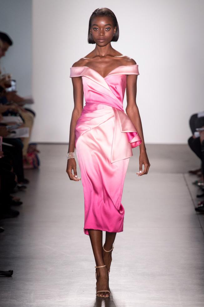 Pamella Roland透過抓皺面料的手法,讓簡約的禮服有了更多豐富紋理變化。(美聯社)