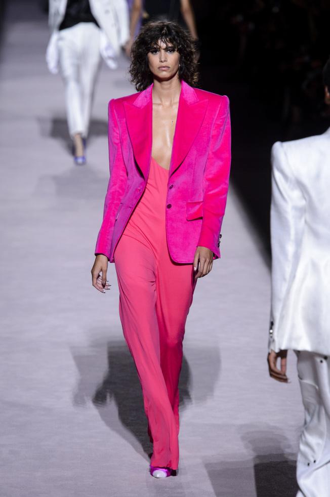 粉桃色的天鵝絨套裝是Tom Ford本季系列中的亮點,兼具剛毅又柔美的氣質。(美聯社)