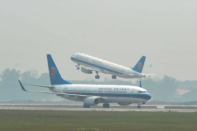 圖為南寧機場,一架起飛航班與降落航班相遇。(中新社)
