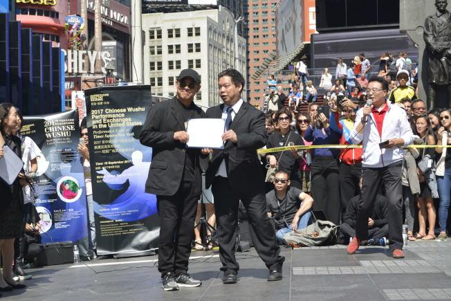 李連杰(左)領獎。(記者俞姝含/攝影)