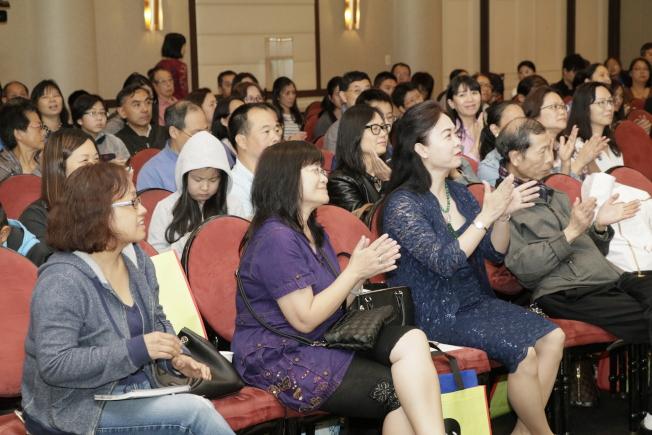 華裔家長參加教育博覽會興致高。(記者呂賢修/攝影)