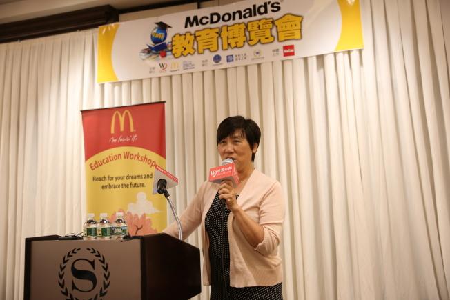 張潔指出,華裔家長應放下焦慮症,讓孩子自信成長。(記者洪群超/攝影)