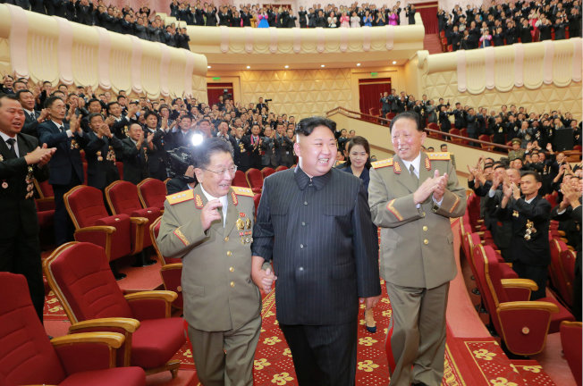 金正恩出席慶祝大典,核武計畫關鍵人物李洪燮(左)與洪星茂(右)陪伴在側。(路透)