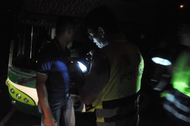 台灣國道一號岡山路段發生六死十一傷重大車禍,國道警方追查車禍發生原因,今天清晨2點多從客運駕駛座上拆下俗稱大餅的行車紀錄卡判讀。記者黃宣翰/攝影