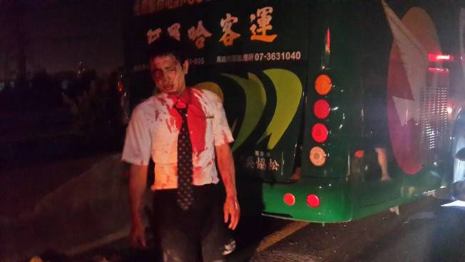 客運車司機也受傷,全身血跡斑斑。記者黃宣翰/攝影