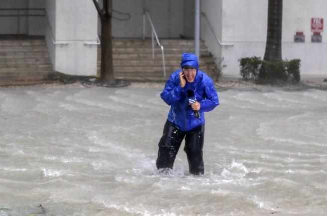 颱風天冒著生命播報,全世界的記者都一樣。(歐新社)