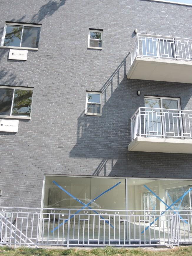 男童從這棟樓的三樓掉下來。(記者朱蕾/攝影)