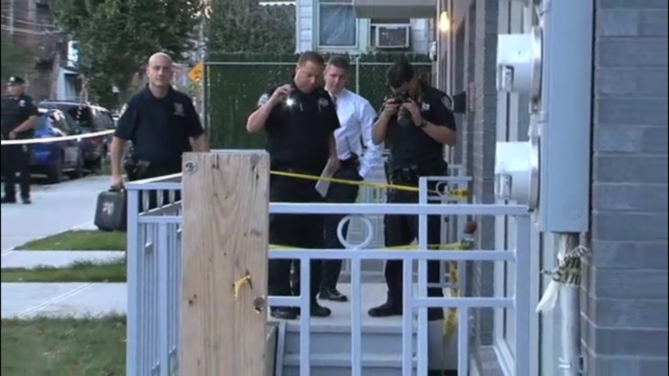 案發後警方在現場調查取證。(NBC視頻截圖)