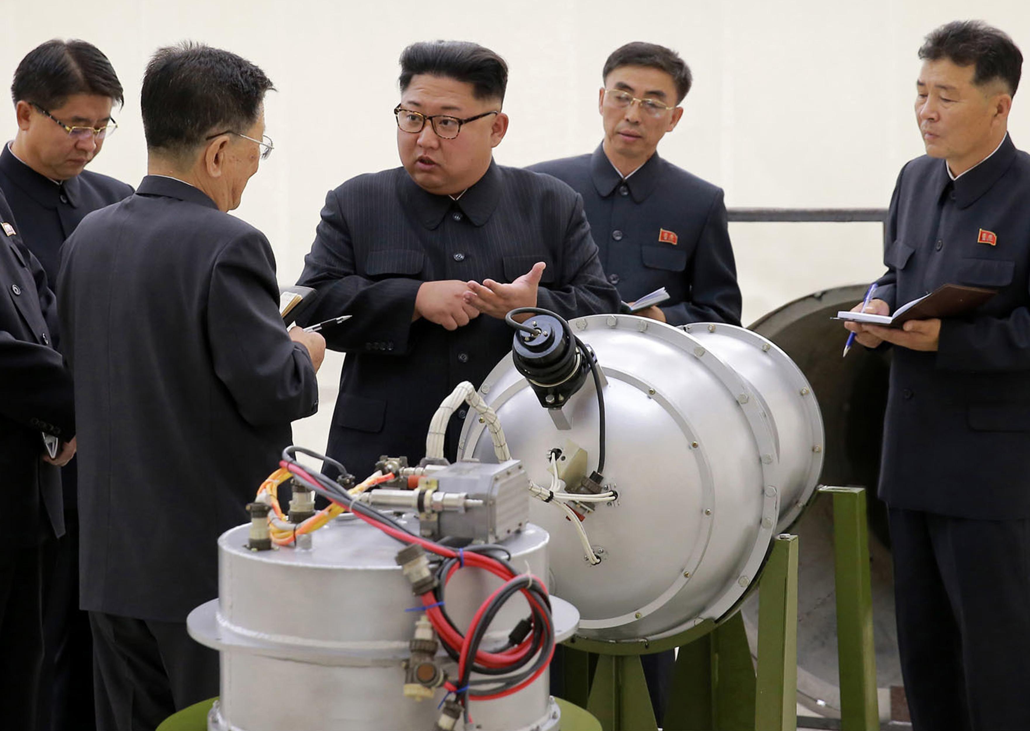 北韓官方3日公布的照片顯示北韓領導人金正恩在未公開的地點檢視武器。傳研判北韓可能具備氫彈製造能力。(美聯社)
