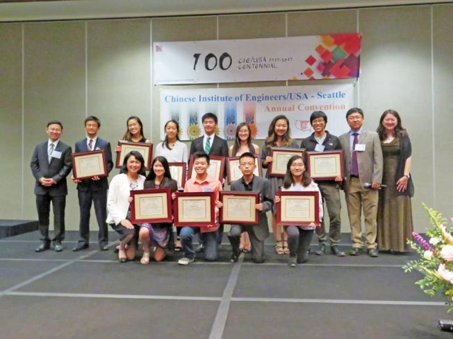 西雅圖中工會頒獎給11位獲獎學生。(記者王又春/攝影)