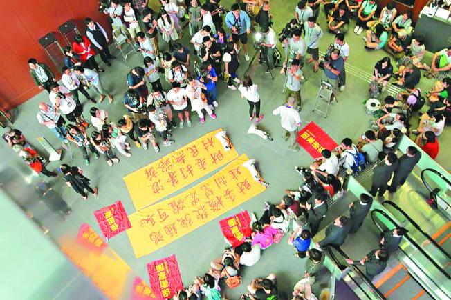 2014年6月香港多個社運團體近百人攻入香港立法會大堂,要求停審新界東北發展區的前期撥款申請案。(取材自「打鼓嶺坪輋保衛家園聯盟」臉書)