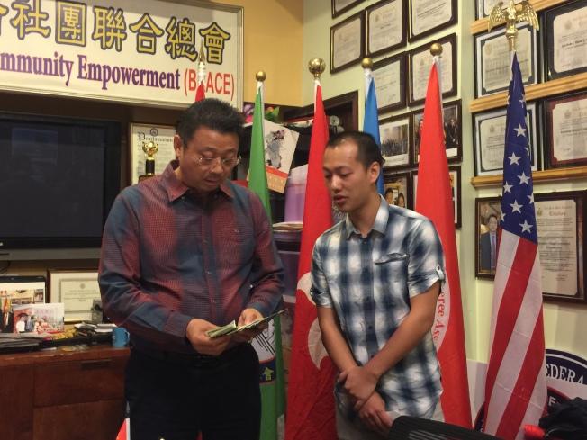 張先生(右)將餐館打工族捐款交給陳善莊。(記者黃伊奕/攝影)