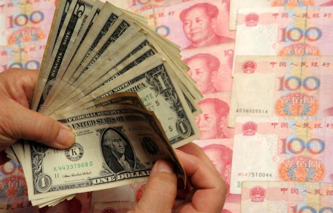 人民幣兌美元一度突破6.5關口,創下去年5月來的新高。(新華社資料照片)