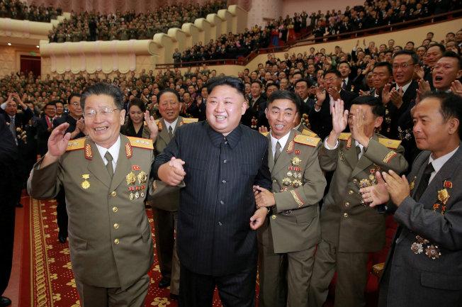 朝中社10日發布照片,北韓領導人金正恩(左二)與科學家和工程師一起慶祝第六次核試成功。(路透)