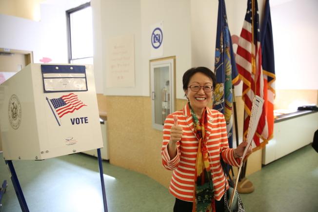 陳倩雯為自己競選最後一屆連任投下一票。(記者洪群超/攝影)