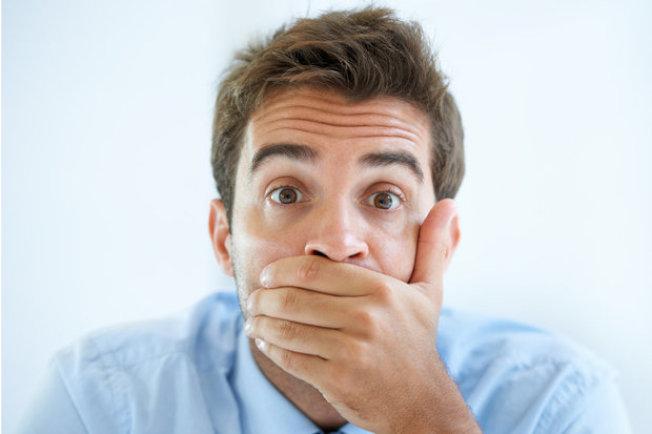 若打嗝頻繁干擾你的日常生活,或是伴隨其他症狀,那你應提高警覺。(Getty Images)