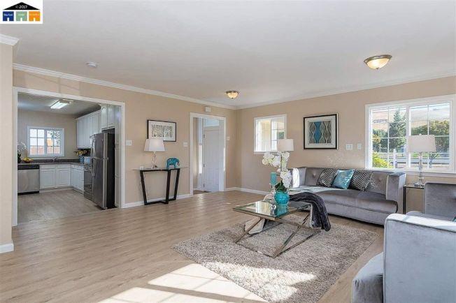 客廳寬敞,採光明亮,動線良好。