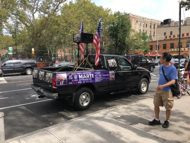 在華埠格蘭街和企李士提街,馬泰出動廣播車在選區拉票。(記者陳小寧/攝影)