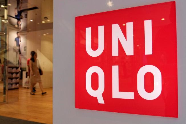 包括經營時尚品牌UNIQLO的迅銷公司在內,日本許多公司紛紛開始實行「周休三日制」。(路透)